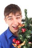 Adolescente con el árbol de navidad Foto de archivo libre de regalías