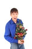 Adolescente con el árbol de navidad Fotos de archivo libres de regalías