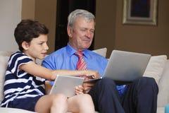 Adolescente con el abuelo en casa Fotos de archivo