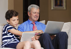 Adolescente con el abuelo en casa Imagenes de archivo