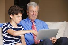 Adolescente con el abuelo en casa Imagen de archivo
