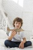 Adolescente con el airlplane modelo Fotos de archivo libres de regalías