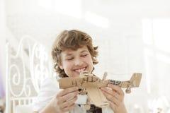 Adolescente con el airlplane modelo Foto de archivo libre de regalías