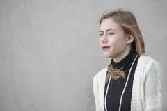 Adolescente con el alto jersey del cuello negro Imagen de archivo