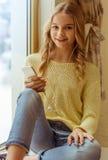 Adolescente con el artilugio Imagen de archivo libre de regalías