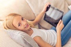 Adolescente con el artilugio Fotos de archivo