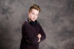 Adolescente con el auricular que parece fresco Imagen de archivo libre de regalías