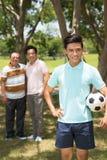 Adolescente con el balón de fútbol Fotografía de archivo