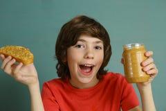 Adolescente con el bocadillo de la mantequilla de cacahuete Fotografía de archivo