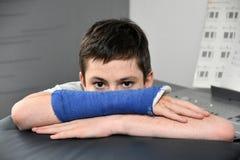Adolescente con el brazo en yeso Fotos de archivo
