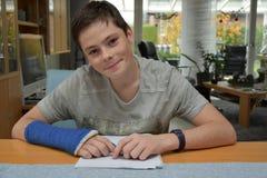 Adolescente con el brazo en yeso Imagen de archivo libre de regalías