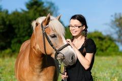 Adolescente con el caballo Fotografía de archivo