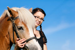 Adolescente con el caballo Foto de archivo