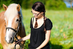 Adolescente con el caballo Fotos de archivo