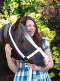 Adolescente con el caballo Imagen de archivo libre de regalías