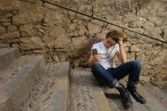 Adolescente con el carácter en Girona, España Foto de archivo