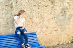 Adolescente con el carácter en Girona, España Imagenes de archivo