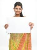 Adolescente con el cartel blanco Imágenes de archivo libres de regalías