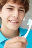 Adolescente con el cepillo de dientes Fotos de archivo libres de regalías