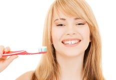 Adolescente con el cepillo de dientes Foto de archivo