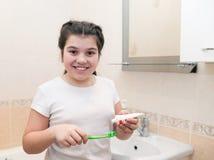 Adolescente con el cepillo de dientes Imágenes de archivo libres de regalías