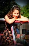 Adolescente con el coche viejo Foto de archivo libre de regalías