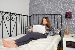 Adolescente con el cuaderno Imagenes de archivo