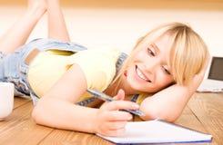 Adolescente con el cuaderno y la pluma Imagen de archivo