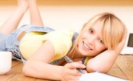 Adolescente con el cuaderno y la pluma Imágenes de archivo libres de regalías