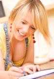 Adolescente con el cuaderno y la pluma Imagen de archivo libre de regalías