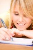 Adolescente con el cuaderno y la pluma Imagenes de archivo