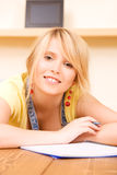 Adolescente con el cuaderno y la pluma Foto de archivo
