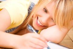 Adolescente con el cuaderno y la pluma Fotos de archivo libres de regalías
