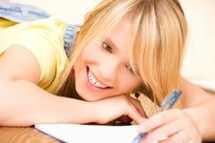 Adolescente con el cuaderno y la pluma Foto de archivo libre de regalías