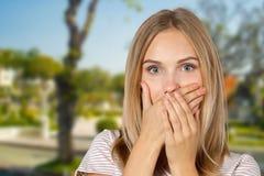 Adolescente con el dedo en los labios Fotografía de archivo libre de regalías