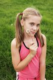 Adolescente con el diente de león Imágenes de archivo libres de regalías