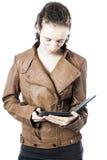 Adolescente con el e-programa de lectura Imágenes de archivo libres de regalías