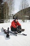 Adolescente con el engranaje del esquí. Imagenes de archivo