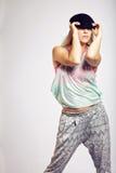 Adolescente con el equipo de moda en fondo gris Imagenes de archivo