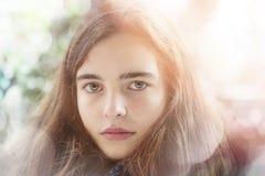 Adolescente con el escape y el bokeh ligeros Fotos de archivo libres de regalías