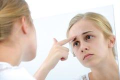Adolescente con el espejo Imagen de archivo libre de regalías