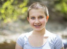 Adolescente con el exterior principal afeitado en bosque Imagen de archivo libre de regalías
