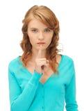 Adolescente con el finger en los labios Foto de archivo libre de regalías