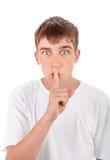Adolescente con el finger en sus labios Fotografía de archivo