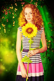 Adolescente con el girasol Imagenes de archivo