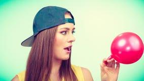 Adolescente con el globo rojo Fotografía de archivo libre de regalías