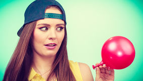 Adolescente con el globo rojo Imágenes de archivo libres de regalías