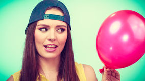 Adolescente con el globo rojo Fotos de archivo libres de regalías