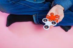 Adolescente con el hilandero popular de la persona agitada del juguete Foto de archivo libre de regalías
