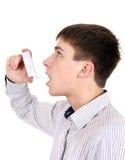 Adolescente con el inhalador Foto de archivo